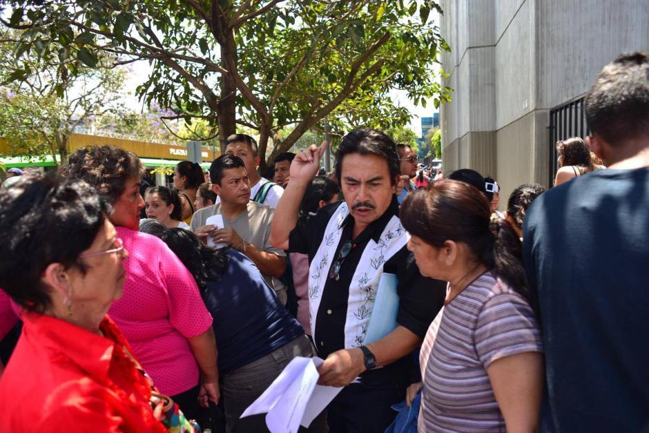 Las personas llevan varias horas en las filas para poder registrar sus animales. (Foto: Jesús Alfonso/Soy502)