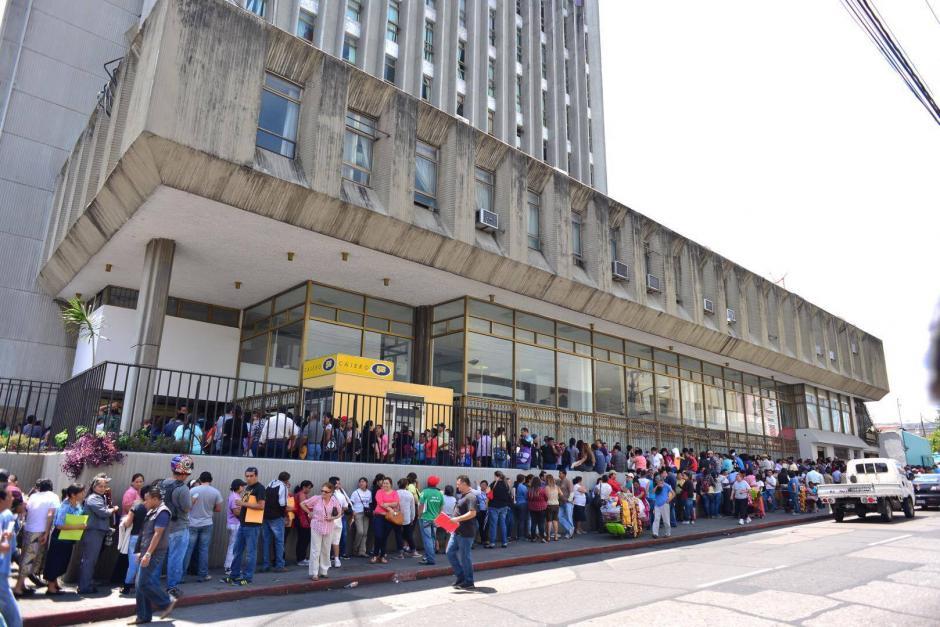 Largas filas se observan en la zona 1, en la sede del Conap. (Foto: Jesús Alfonso/Soy502)