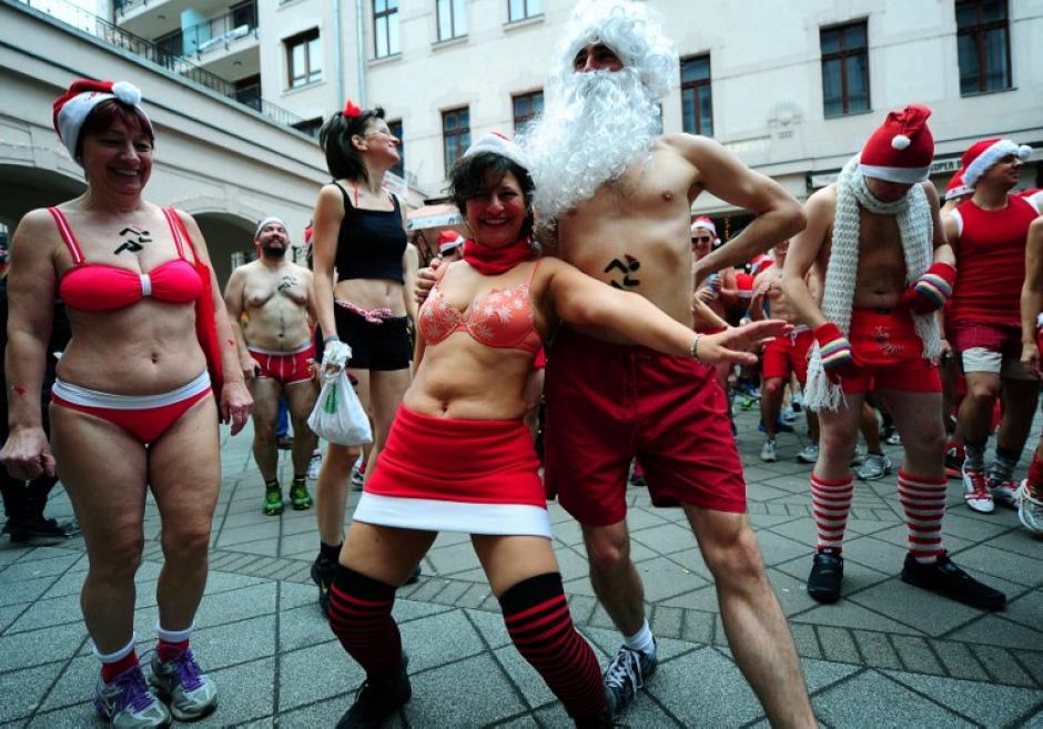 """Corredores húngaros llevan gorros de Papá Noel y trajes de baño durante el """"Santa Claus Run"""", que se celebra cada año en Budapest, en la foto del 8 de diciembre tomada por el fotógrafo de AFP Attila Kisbenedek. Esta actividad es para obtener dinero y ayudar a una organización de niños en riesgo."""