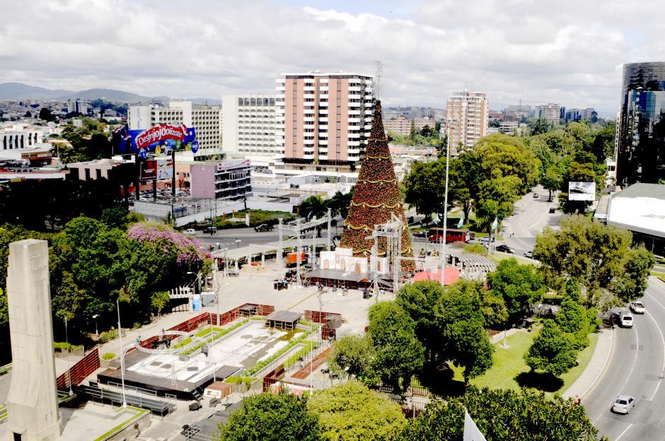 Con el tradicional Árbol Gallo colocado en el Obelisco, en la Ciudad de Guatemala se empieza a sentir la época navideña, esta foto fue tomada el 14 de noviembre, dos días antes de la inauguración e iluminación con más de 1,5 millones luces LED . (Esteban Biba/Soy502)