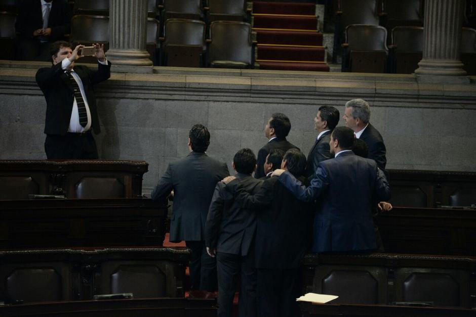 Algunos legisladores aprovecharon para tomarse fotos en el hemiciclo. (Foto: Wilder López/Soy502)