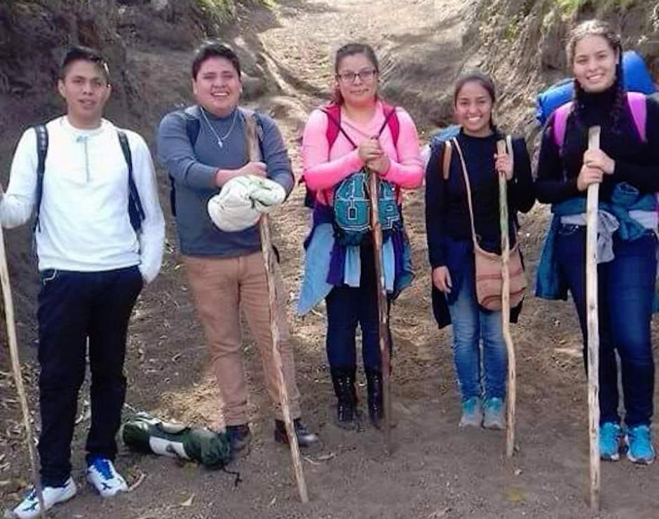 De este grupo de jóvenes sobrevivieron dos: Rocío Alejandra Román (rosado) y Daniel Velásquez (gris). (Foto: Facebook, Javier Velásquez)