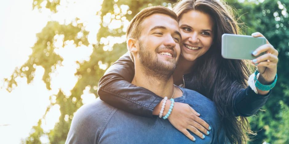 Algunas parejas suelen dejar plasmados varios momentos de su vida en fotografías. (Foto: cosmoenespanol.com)