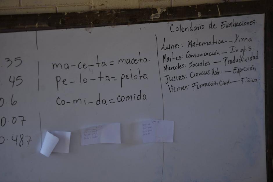Así quedó el pizarrón, mostrando lo que el maestro enseñaba cuando ocurrió el asesinato. (Foto: Wilder López/Soy502)