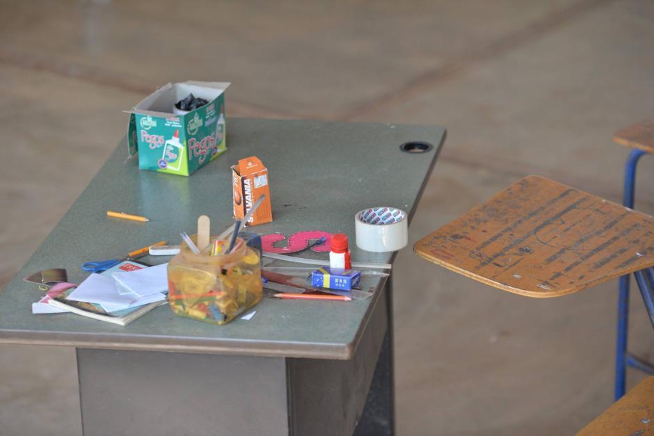 Su escritorio aún muestra las cosas con las que trabajaba el día del asesinato. (Foto: Wilder López/Soy502)