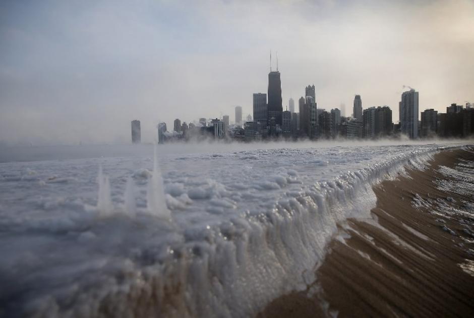 Así luce el Lago Michigan desde la orilla de la ciudad de Chicago. Este nivel de congelación es por la temperatura de -37 grados centígrados que se deja sentir en esa ciudad del noreste de Estados Unidos. Desde hace 20 años no se experimentaban temperaturas tan extremas como en la actualidad. Foto AFP