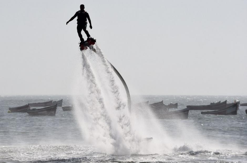 Un hombre practica Flyboard propulsado por agua en la playa de Sidi Bouzid, en la ciudad portuaria marroquí de El Jadida. (Foto: AFP/FADEL SENNA)