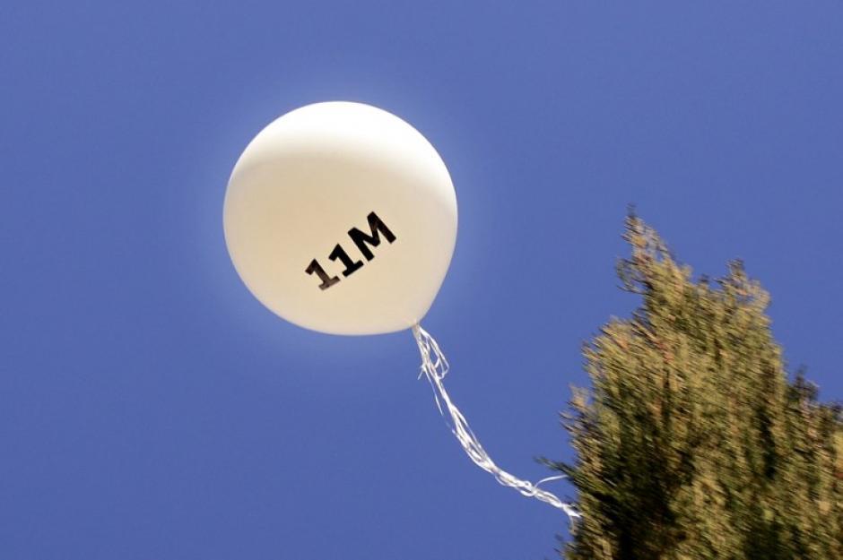 Este globo se lanzó al cielo en conmemoración del atentado del 11 de marzo de 2004, en Madrid, España. El ataque terrorista causó 191 muertos y 1.758 heridos al explosionar mochilas con explosivos colocadas en varios trenes de corta distancia en la capital española. (Foto: AFP)