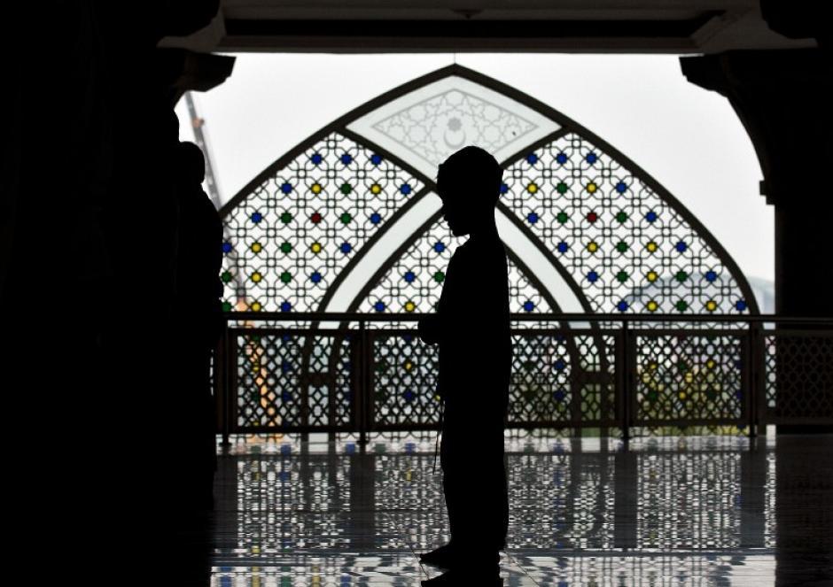 Grupos musulmanes de Malasia ofrecen oraciones este viernes durante una acto de oración especial por los pasajeros de los desaparecidos de Malaysia Airlines en la mezquita del aeropuerto internacional de Kuala Lumpur. (Foto: AFP / Manan Vatsyayana)