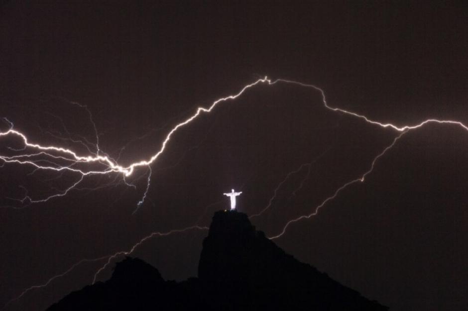 Relámpagos sobre la escultura del Cristo Redentor en la cima del Corcovado en Río de Janeiro el 14 de enero de 2014. AFP/ YASUYOSHI CHIBA