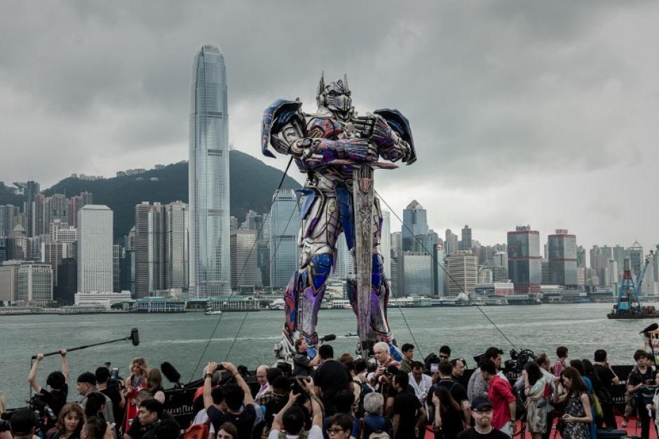 Una figura de Optimus Prime 20 metros de altura se encuentra rodeado por los periodistas antes del estreno mundial de la película Transformers Hollywood 4 en Hong Kong el 19 de junio 2014 la última película de director de Hollywood Michael Bay, Transformers:. Edad de la extinción, fue filmada en parte en Hong Kong. (Foto: AFP /Philippe Lopez)