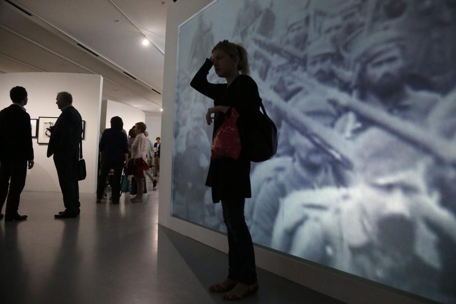 """Visitantes asisten a la exposición titulada """"La guerra que terminó con la paz"""" que abrió sus puertas ayer, jueves 3 de julio de 2014, para conmemorar el centenario del comienzo de la Primera Guerra Mundial y que se lleva a cabo en el Museo de Arte Multimedia en Moscú (Rusia). La exposición se extenderá hasta el próximo 4 de octubre de 2014. (Foto: EFE/MAXIM SHIPENKOV)"""