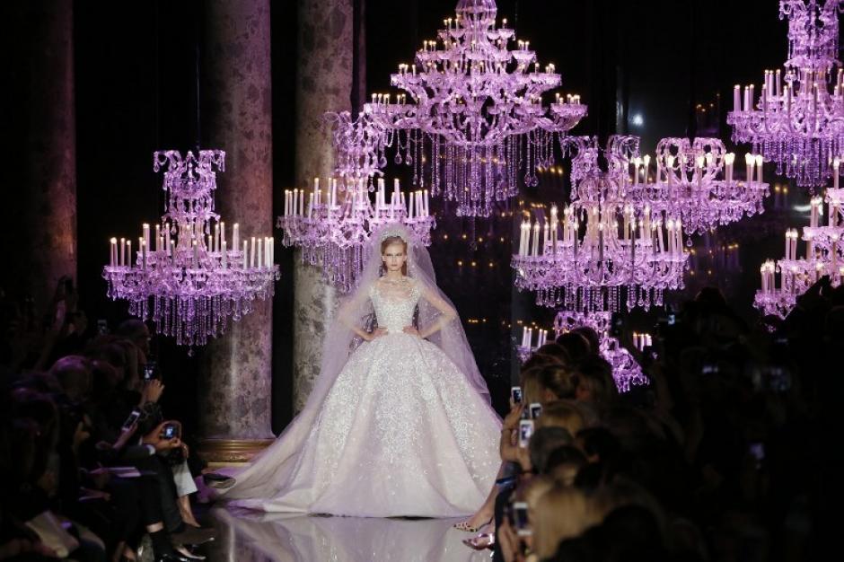 Una modelo presenta una creación de Elie Saab 2014/2015 Haute Couture Otoño-Invierno colección desfile de moda el 9 de julio de 2014 en París. (Foto: AFP/PATRICK KOVARIK)