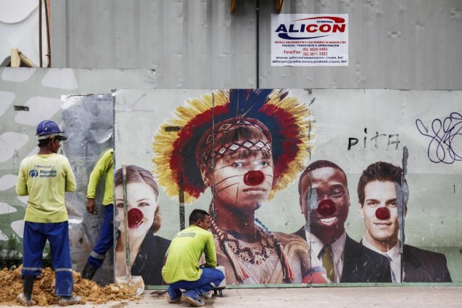 Los trabajos a marchas forzadas siguen para que todo esté listo para la Copa del Mundo Brasil 2014. Varios graffittis se pueden observar en las afueras del Amazonia Estadio Arena, que será la sede de cuatro partidos de fútbol durante la Copa Mundial de la FIFA en Manaus, Amazonas, el 20 de febrero de 2014. (Foto: AFP/ Rapahel Alves)