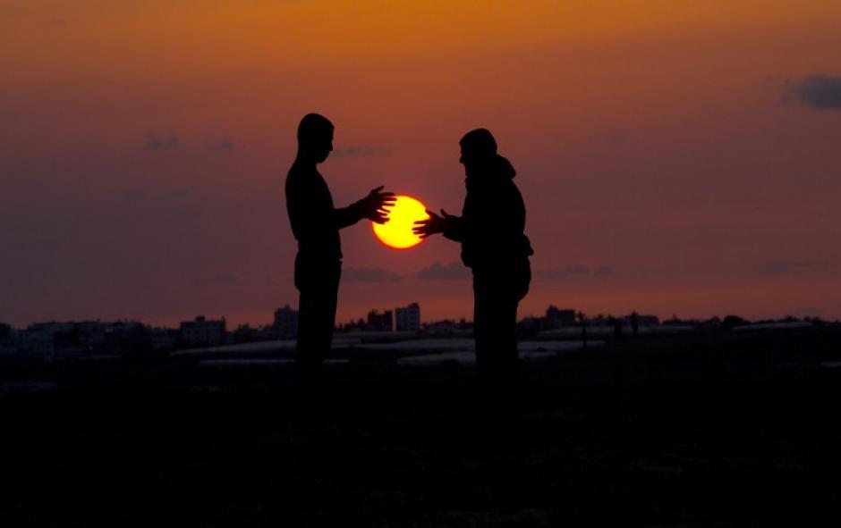 Jóvenes palestinos juegan con el sol cuando se pone en Beit Hanun en el norte de la Franja de Gaza. (Foto: AFP)