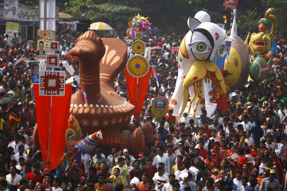Una multitud celebra el Año Nuevo Bengalí o Pohela Baishakh en Dacca, Bangladesh. (Foto: EFE/Abir Abdullah)