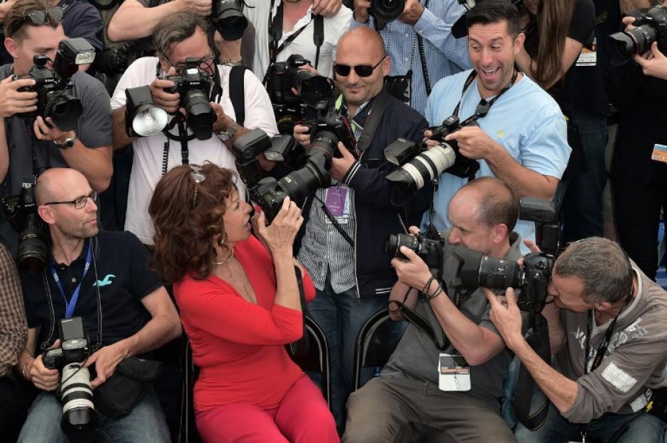 La leyenda del cine italiano Sofía Loren acudió a la alfombra roja del Festival de Cannes en donde fue abordada por todos los fotógrafos asistentes a la cita. (Foto: AFP)