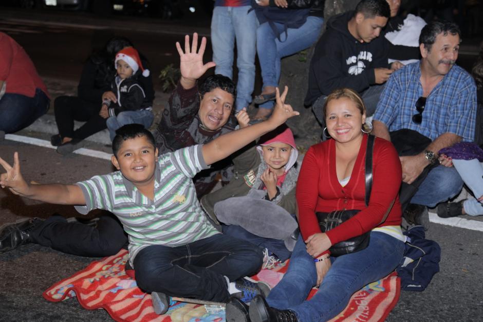 Una familia disfruta de las actividades previas a las luces campero. Miles de familias presenciaron este show. (Foto: Jorge Rojas/Soy502)