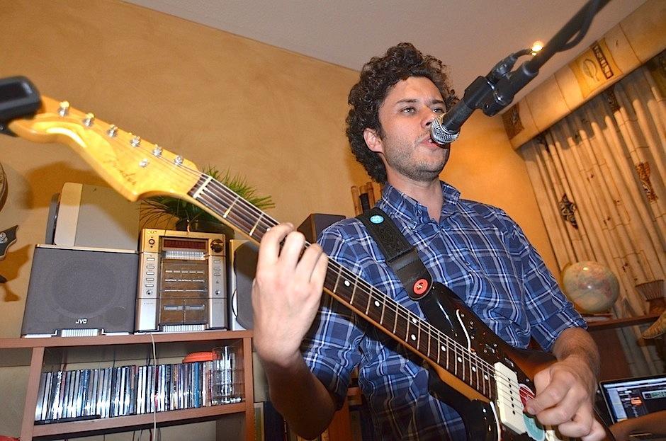 Fernando Franco da vida a los teclados, guitarra y voz. (Foto: Selene Mejía/soy502)