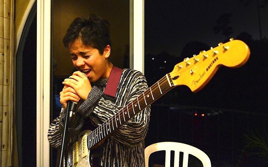 Mabe inunda con su voz el suave y único estilo de Fraaek, además de encargarse del chelo, teclados y guitarra. (Foto: Selene Mejía/Soy502)