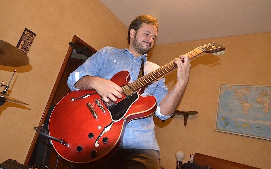 Fede agrega su personalidad a la guitarra y los teclados. (Foto: Selene Mejía/Soy502)