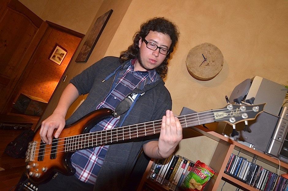 Miguel Morán hace lo suyo con el bajo. (Foto: Selene Mejía/Soy502)