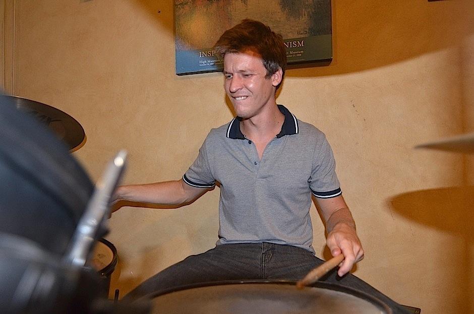 Stephane Cuchet se encarga de la batería. (Foto: Selene Mejía/Soy502)
