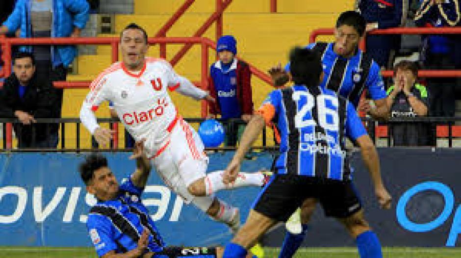 Sus compañeros y rivales también se consternaron tras la fuerte lesión. (Foto: t13.cl)
