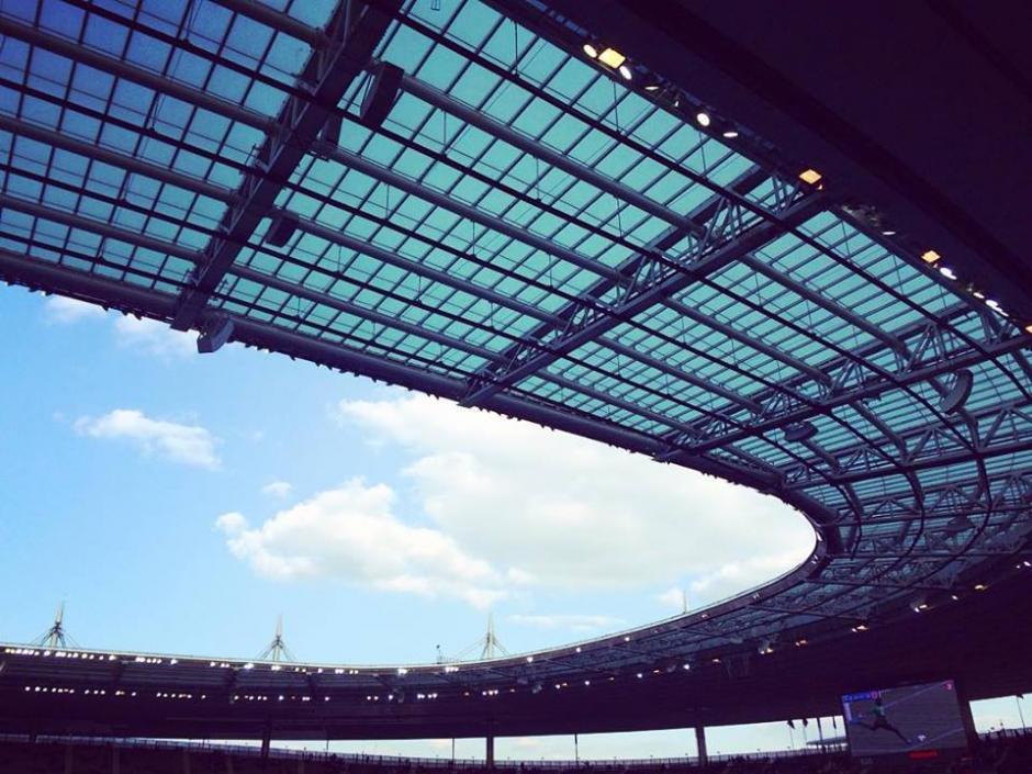 El techo elíptico protege a los aficionados mientras está abierto. (Foto: Facebook/Stade de France)