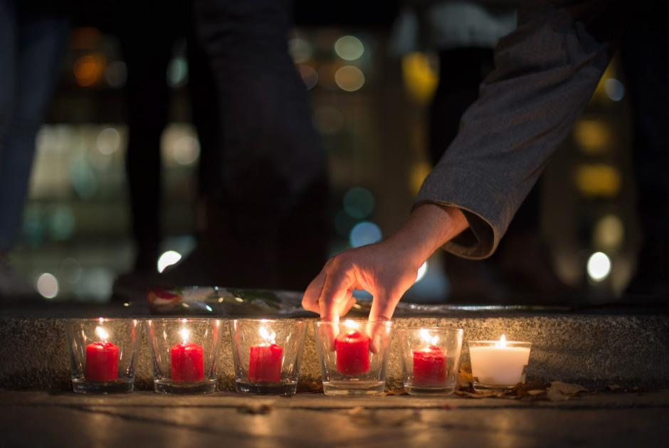 De inmeidato, luto y tristeza se acumulan en Francia y el mundo tras el atentado (Foto: AFP)