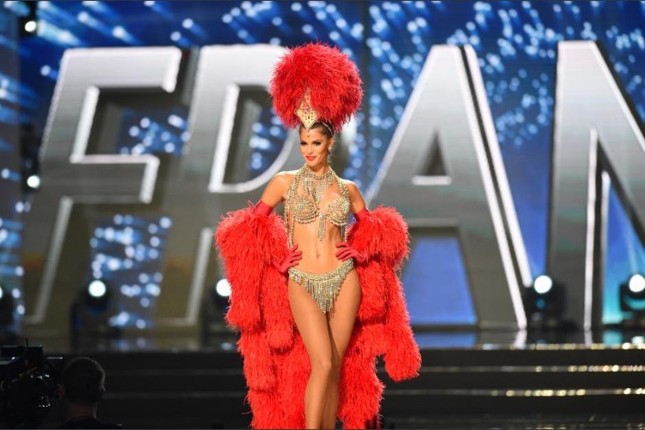 MIss Francia usó un traje original del Moulin Rouge para su presentación. (Foto: AFP)