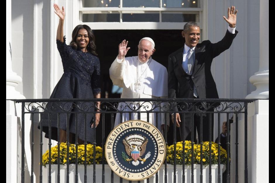 El papa Francisco realizó una visita a los Estados Unidos entre el 22 y el 25 de septiembre, donde luego de visitar Cuba, solicitó tender puentes entre ambos países. Francisco fue recibido por el presidente estadounidense Barack Obama y su esposa Michelle Obama en la Casa Blanca. (Foto: AFP)