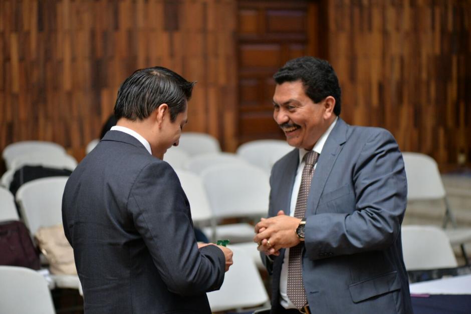 García Gudiel habla con Mario Cano, el exabogado de Roxana Baldetti. (Foto: Wilder López/Soy502)