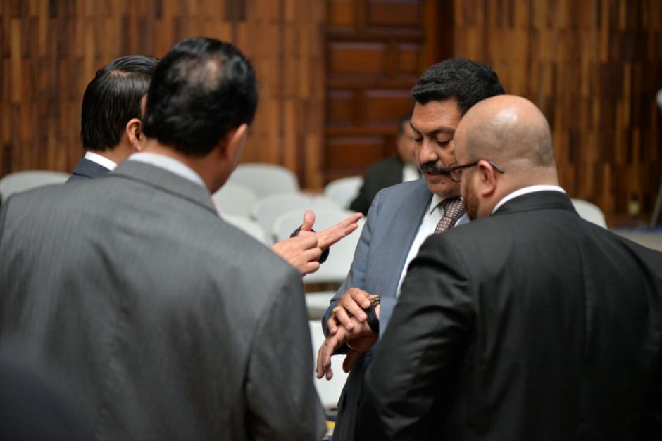 Mientras tanto, García Gudiel luce su reloj ante otros abogados. (Foto: Wilder López/Soy502)