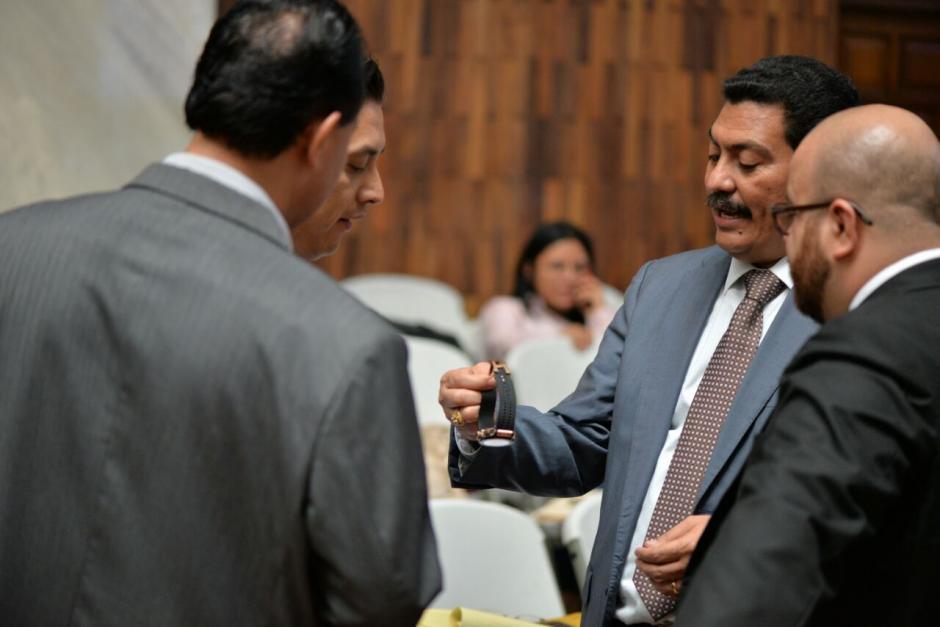 Al grupo se acerca el abogado Juan Alberto Guevara. (Foto: Wilder López/Soy502)