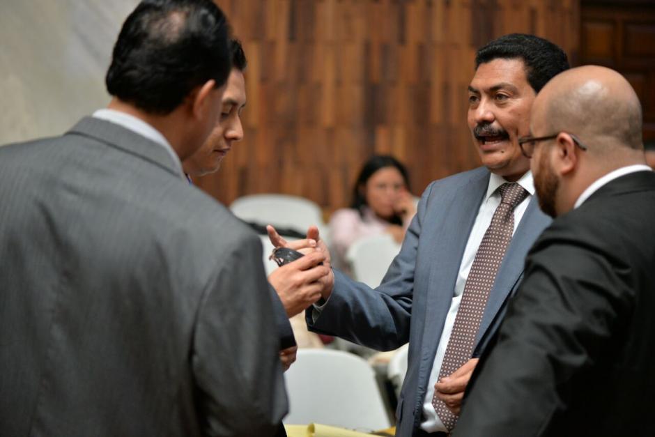 García Gudiel muestra orgulloso su reloj. (Foto: Wilder López/Soy502)