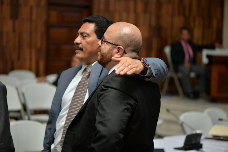 García Gudiel abraza a Alberto Guevara, el abogado de Mario Cano. (Foto: Wilder López/Soy502)