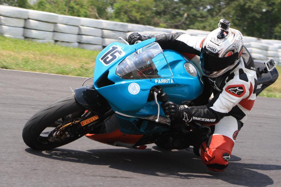 El piloto nacional Francisco Parra en plena acción del Campeonato Nacional de Motovelocidad, en el Autódromo Pedro Cofiño. (Arturo Ochoa/FNMG)