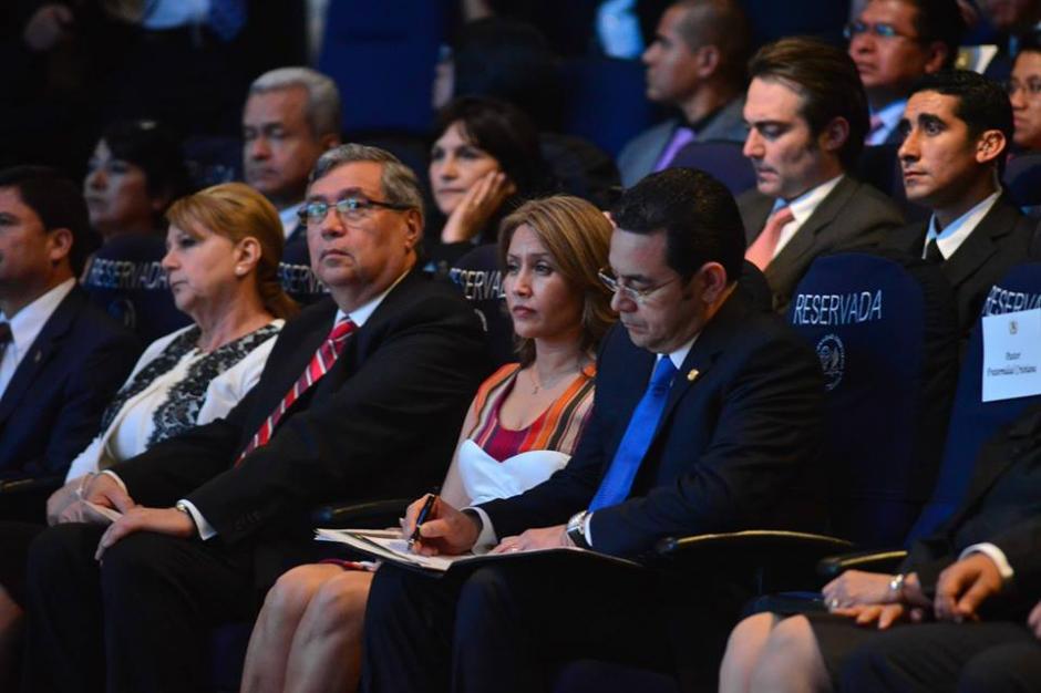 Mientras el pastor Jorge H. López hablaba, el Presidente hacía anotaciones. (Foto: Jesús Alfonso/Soy502)