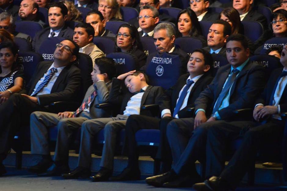 Los hijos de Jimmy Morales se mostraron aburridos durante el evento. (Foto: Jesús Alfonso/Soy502)
