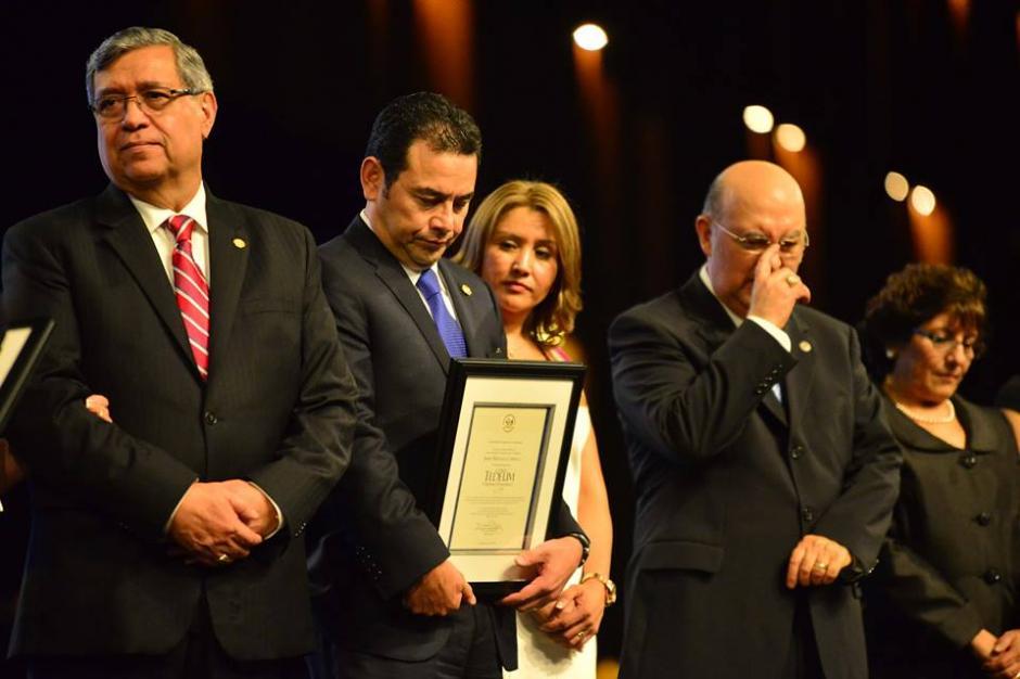 A Morales le fue entregado un reconocimiento por parte de los evangélicos. (Foto: Jesús Alfonso/Soy502)
