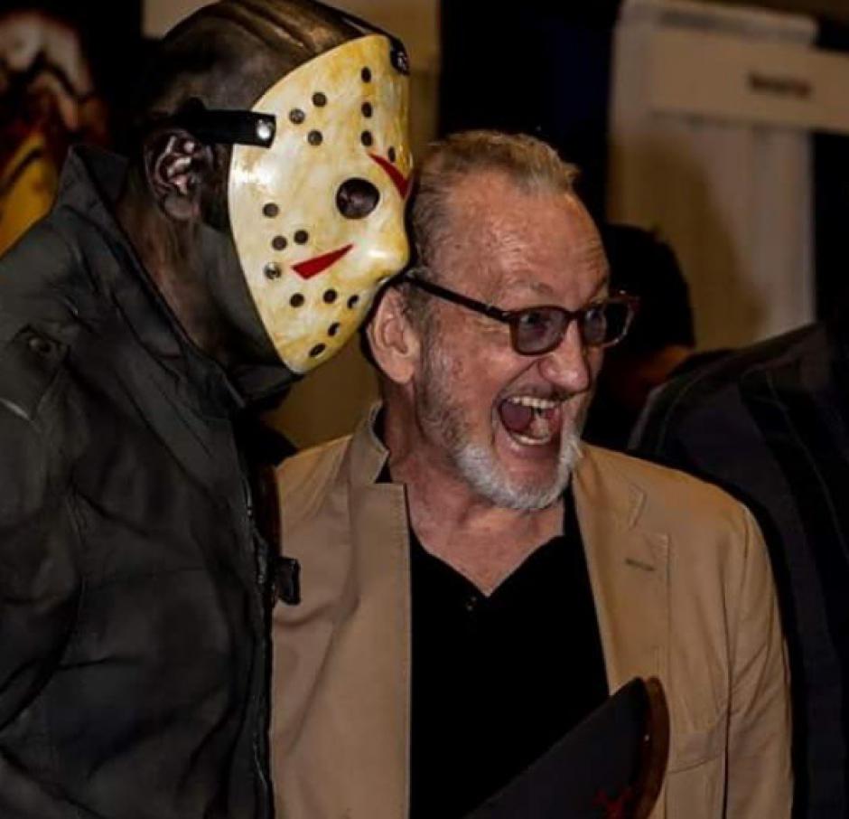 El actor Robert Englund posa junto a una persona que lleva una máscara de Jason. (Foto: Robert B. Englund/Instagram)