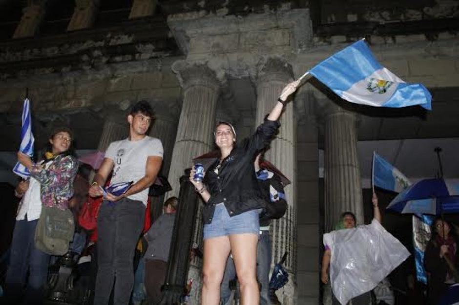 Los guatemaltecos sin importar condición climática llegaron a celebrar a Palacio Nacional. (Foto: Fredy Hernández/Soy502)