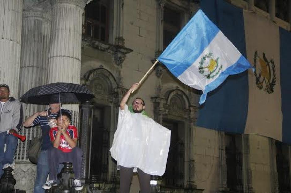 Los guatemaltecos de nuevo se hicieron presentes a la Plaza Central para celebrar el retiro de la inmunidad de Pérez Molina. (Foto: Fredy Hernández/soy502)