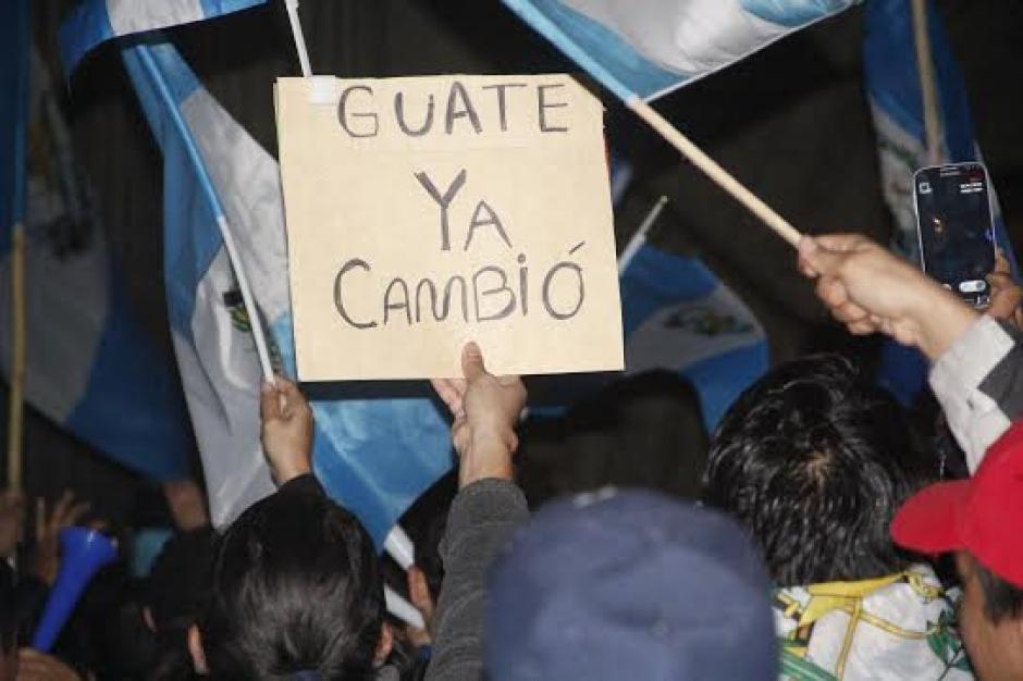 Distintos letreros se observaron en la celebración de los guatemaltecos. (Foto: Fredy Hernández/Soy502)