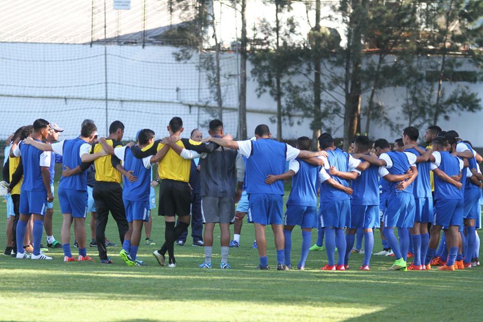 El grupo completo de selección incluidos los cuatro porteros convocados. (Foto: Luis Barrios/Soy502)