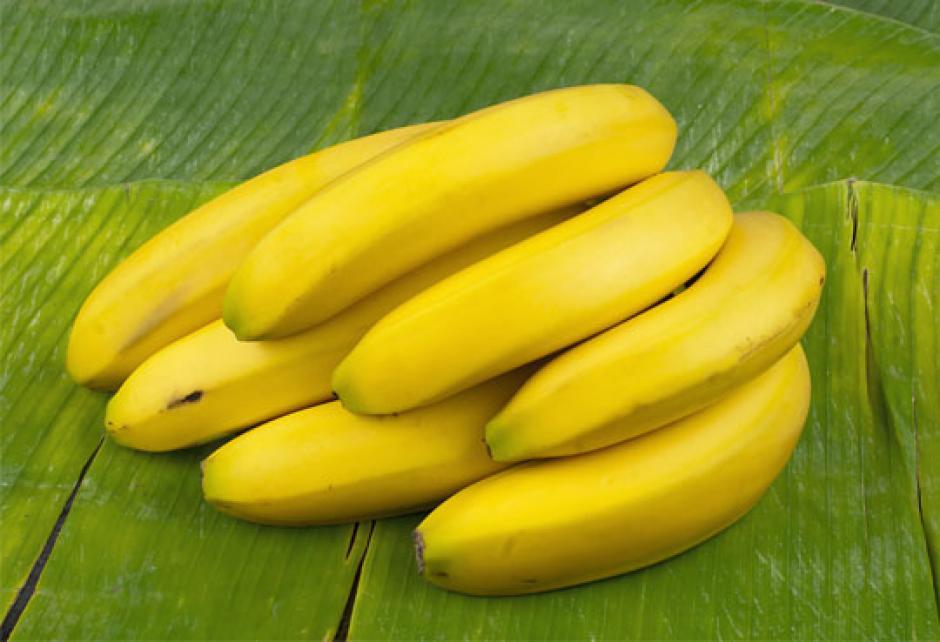 El banano previene el estreñimiento y te alivia los cólicos abdominales. (Foto: freshplaza.es)