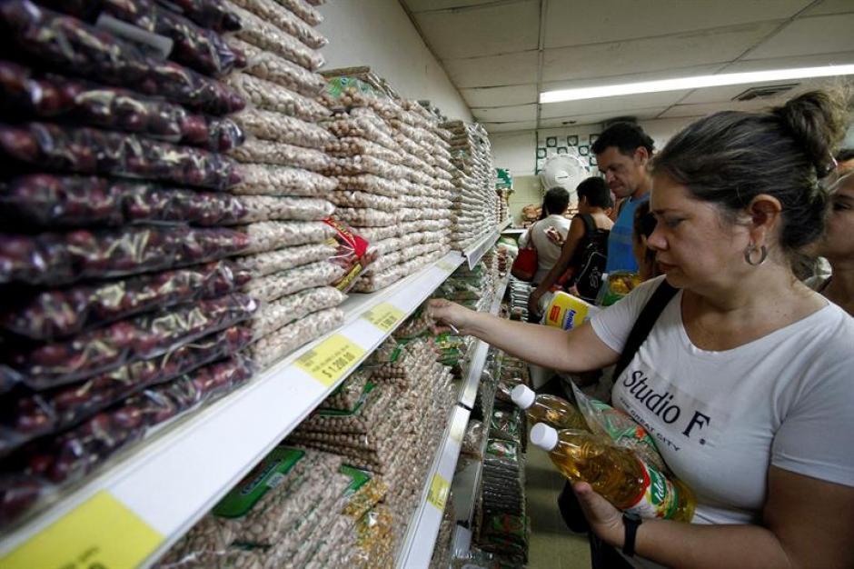 Productos básicos como el azúcar son difíciles de encontrar en Venezuela. (Foto: EFE)