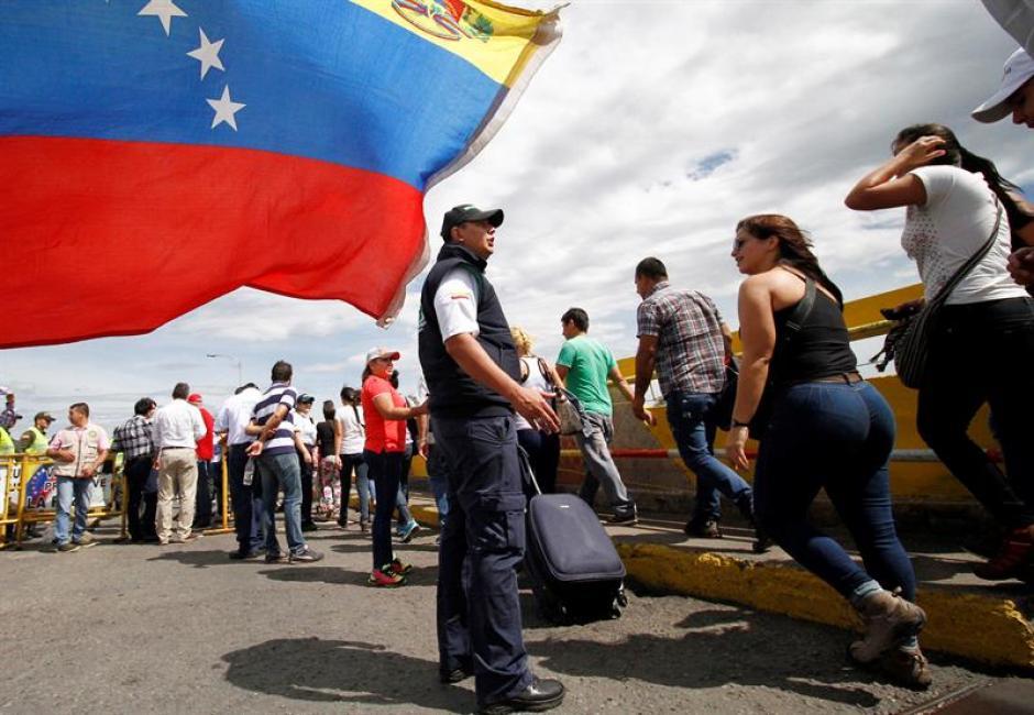 Los venezolanos esperaron desde la madrugada para poder pasar a Colombia para comprar alimentos. (Foto: EFE)