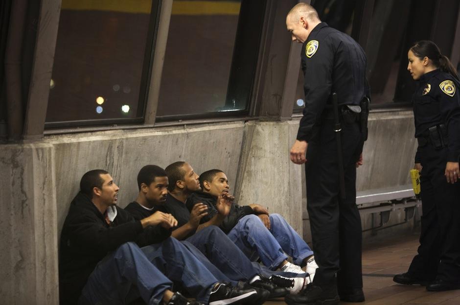 Fruitvale station: un grupo de jóvenes es arrestado por la policía. (Foto: Hereshadow)